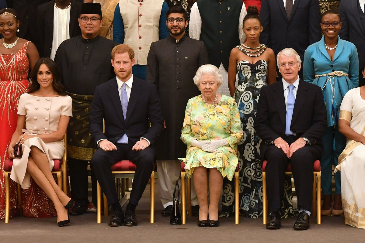 LONDON, ENGLAND - JUNE 26: Meghan, Duchess of Sussex, Prince Harry, Duke of Sussex, Queen Elizabeth II and John Major at the Queen's Young Leaders Awards Ceremony at Buckingham Palace on June 26, 2018 in London, England. The Queen's Young Leaders Programme, now in its fourth and final year, celebrates the achievements of young people from across the Commonwealth working to improve the lives of people across a diverse range of issues including supporting people living with mental health problems, access to education, promoting gender equality, food scarcity and climate change. (Photo by John Stillwell - WPA Pool/Getty Images)