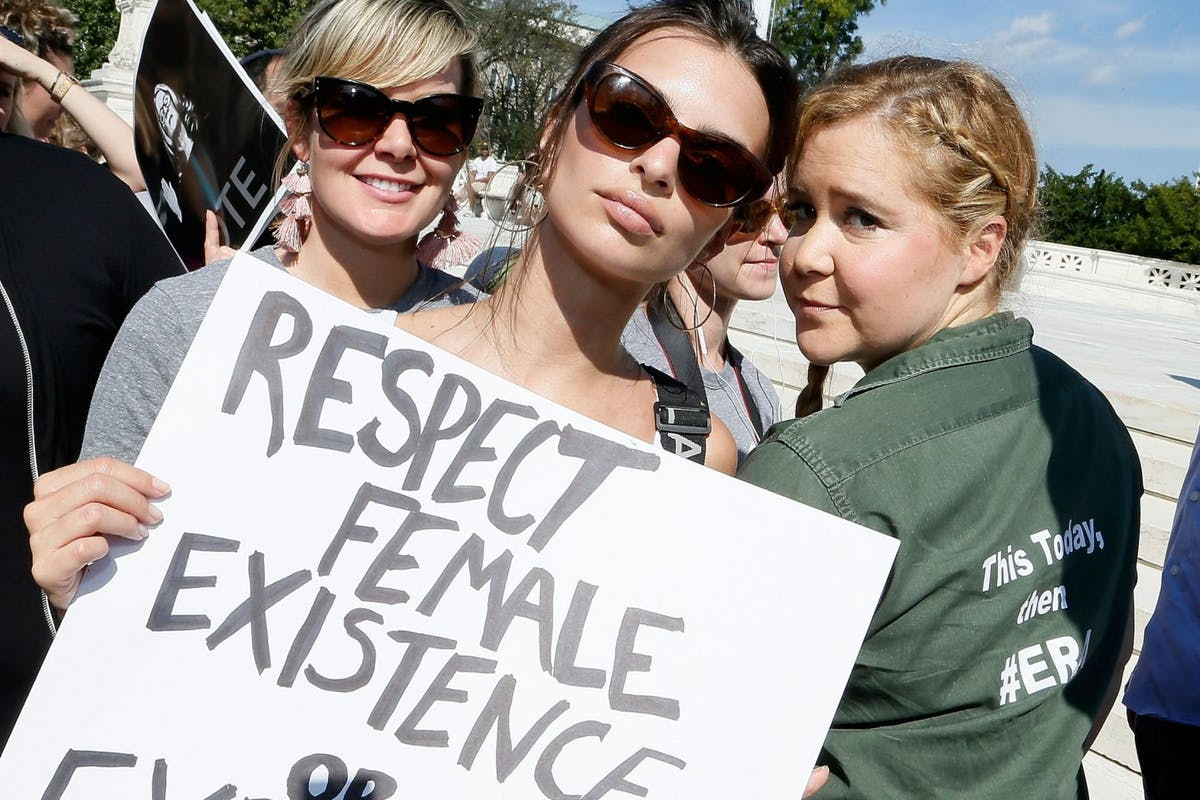 WASHINGTON, DC - OCTOBER 04: Model and actress Emily Ratajkowski (C) and actress and comedian Amy Schumer (R) join the Brett Kavanaugh U.S. Supreme Court Confirmation Protest in front of the Supreme Court on October 4, 2018 in Washington, DC. (Photo by Paul Morigi/WireImage)