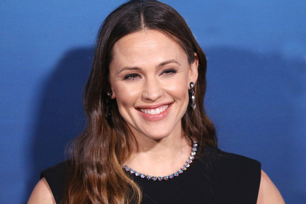 Jennifer Garner against a blue bakcground