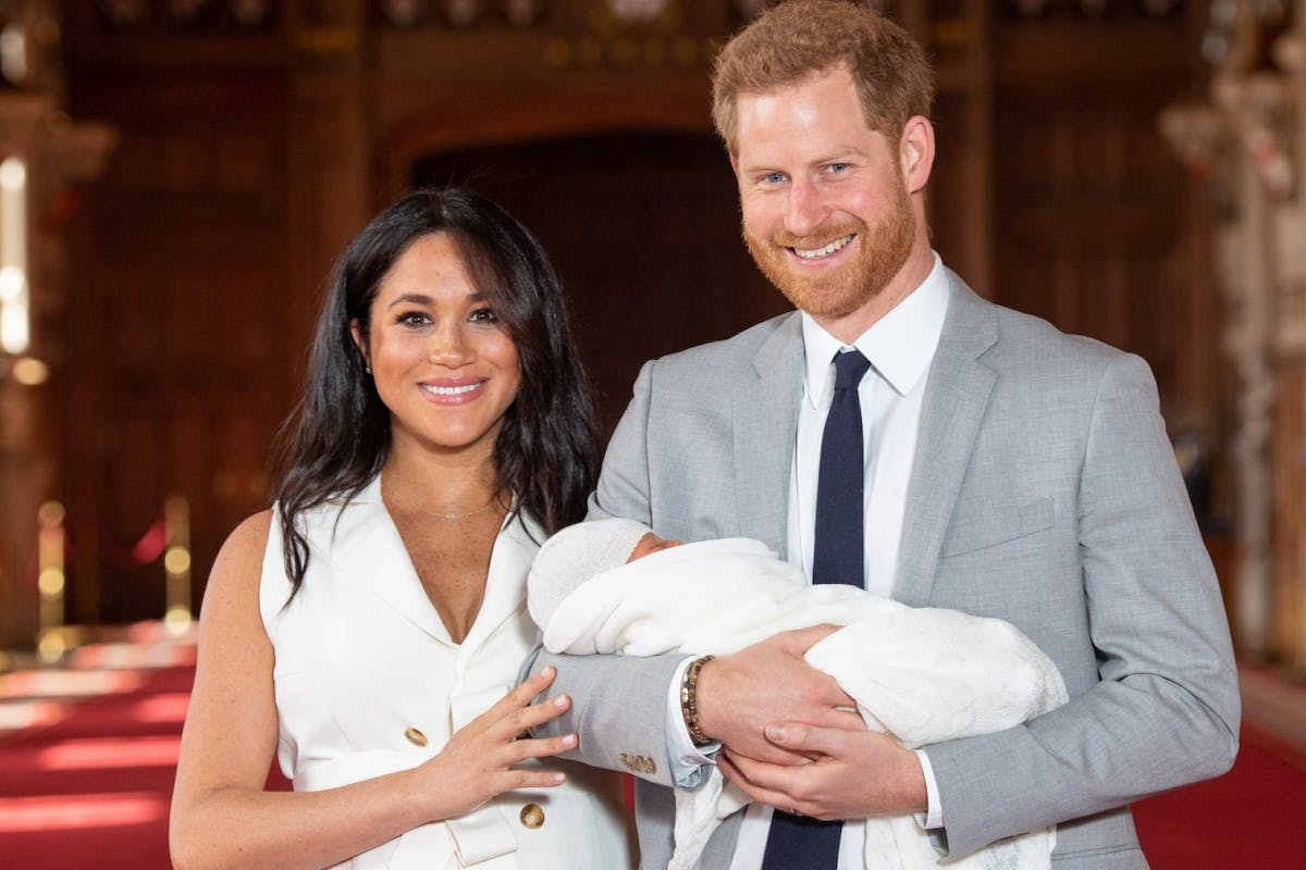 WINDSOR, ENGLAND - MAY 08: Prince Harry, Duke of Sussex and Meghan, Duchess of Sussex, pose with their newborn son during a photocall in St George's Hall at Windsor Castle on May 8, 2019 in Windsor, England. The Duchess of Sussex gave birth at 05:26 on Monday 06 May, 2019. (Photo by Dominic Lipinski - WPA Pool/Getty Images)