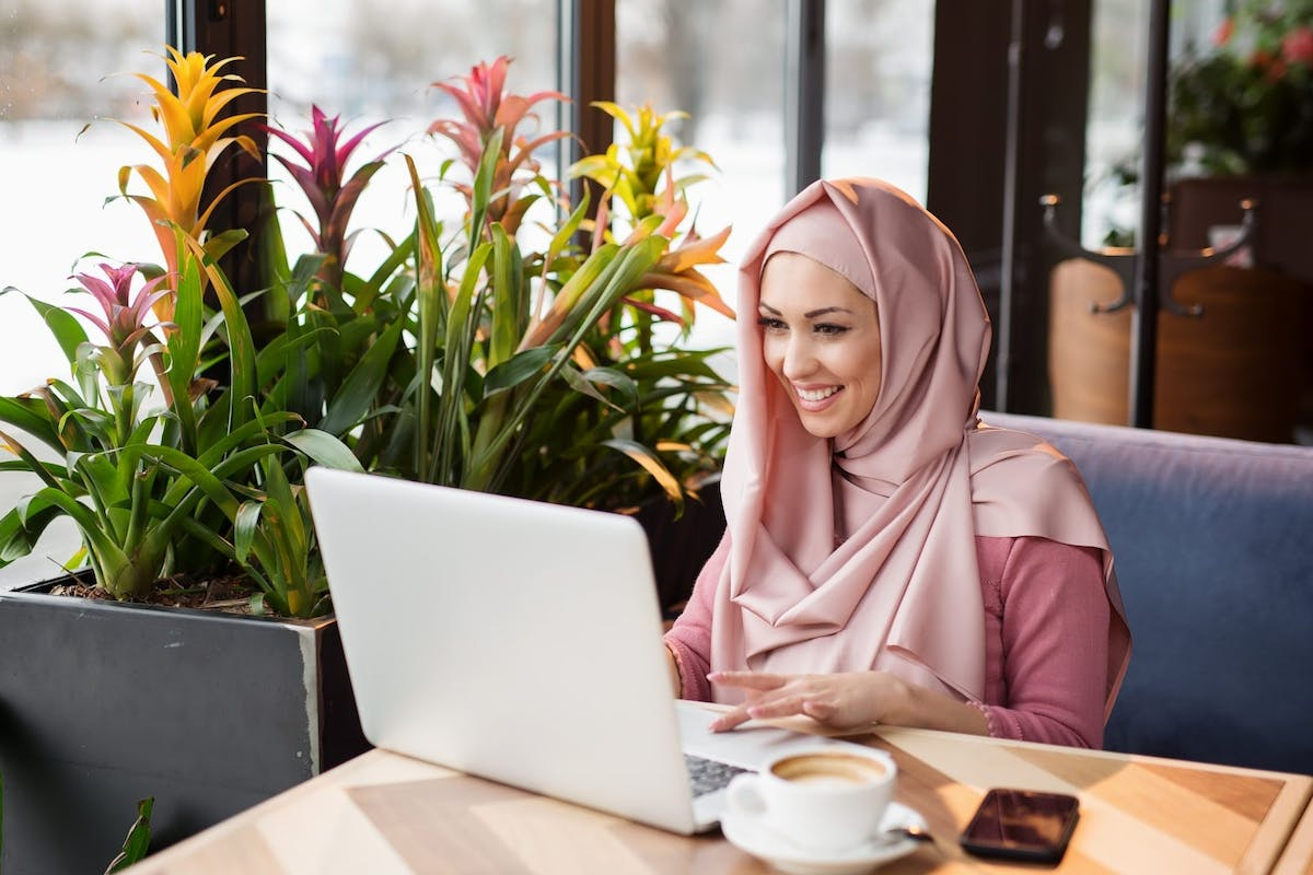 Arabian Businesswoman working in the coffee shop - stock photo