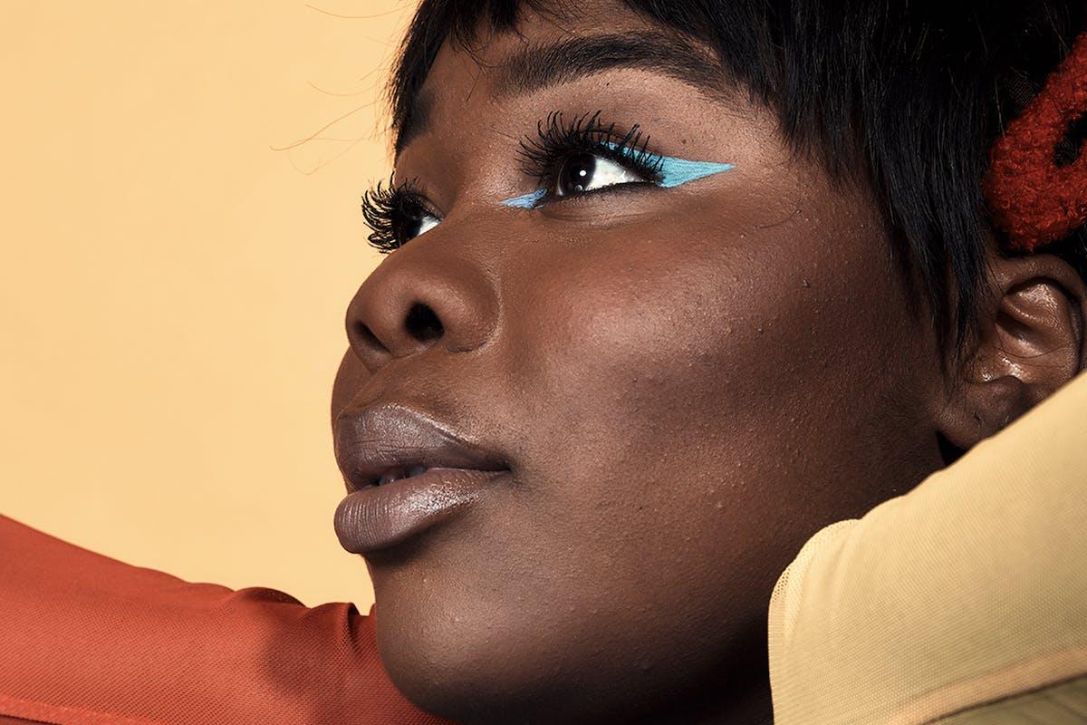 Flex-Mami-beauty-tutorial-blue-eyeliner-flick