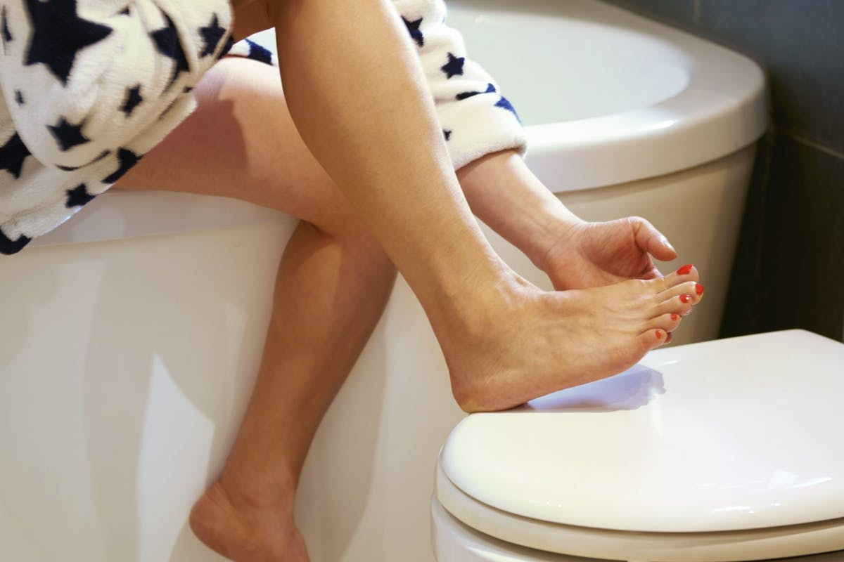 best-foot-cream-woman-applying-cream-to-feet
