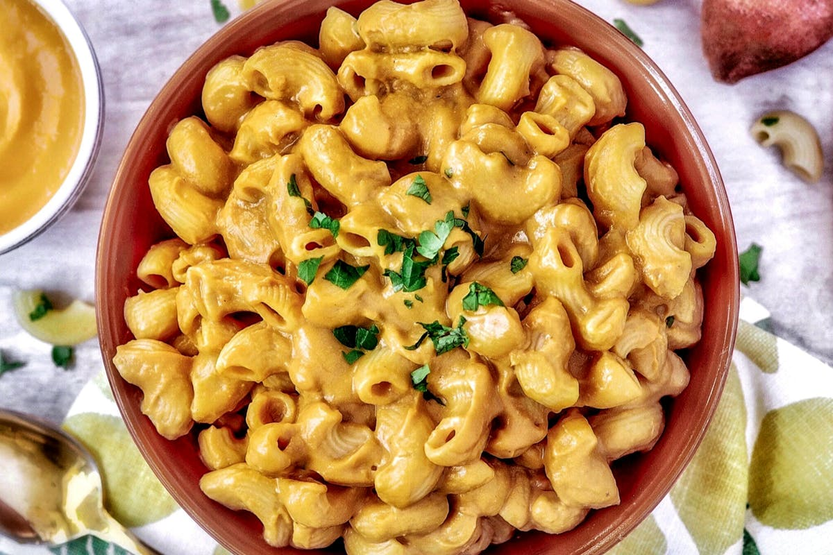 vegan-mac-and-cheese-plant-based-traveler-alexandra-paska