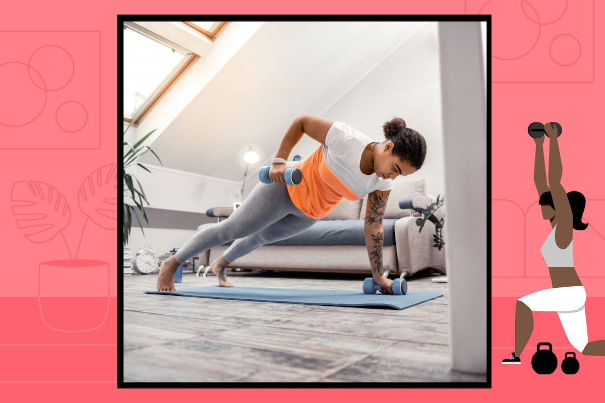 A woman in activewear leggings and tshirt does a renegade row in her house during a home workout.