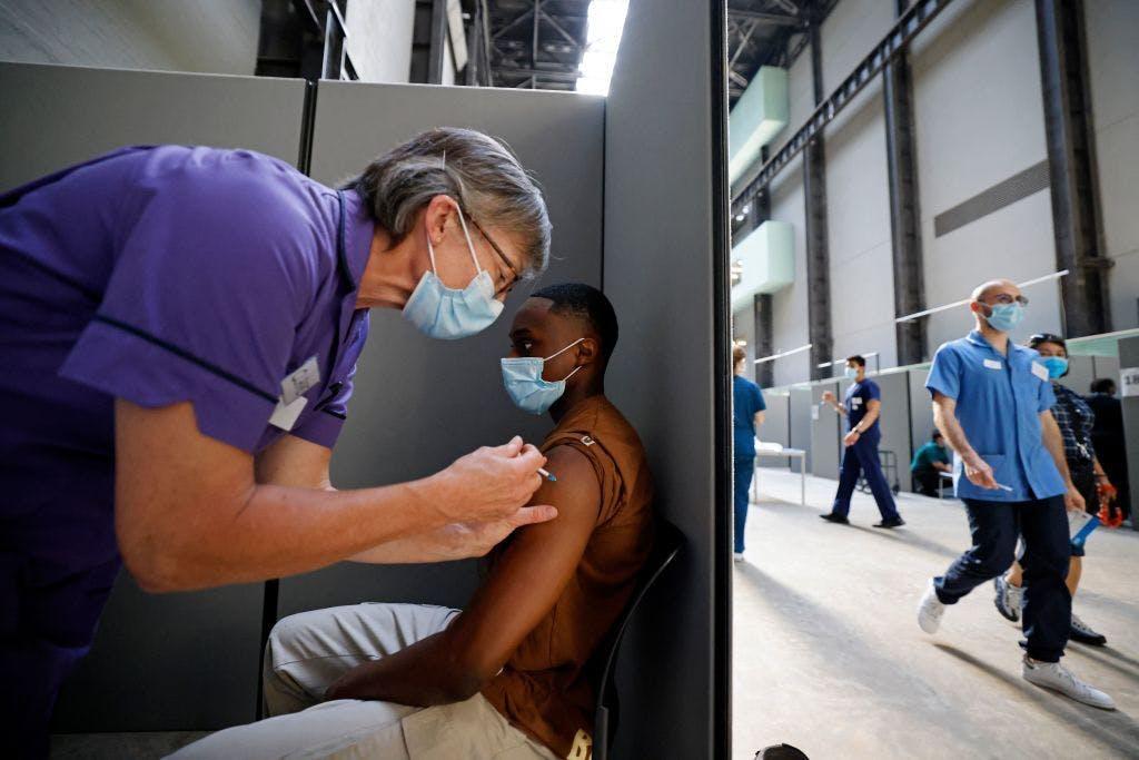 A member of the public receives Covid-19 vaccin