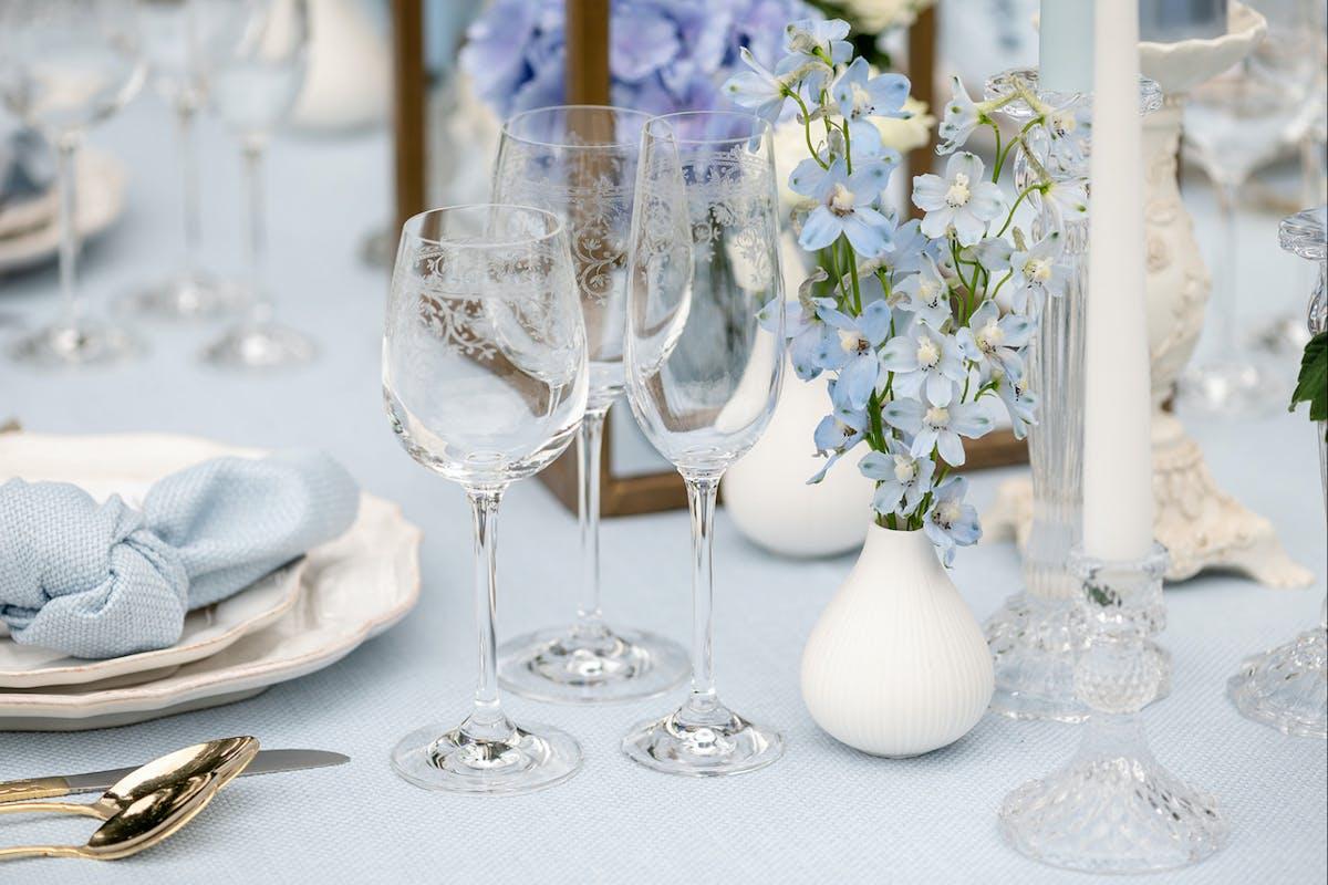 A blue paste wedding tablescape