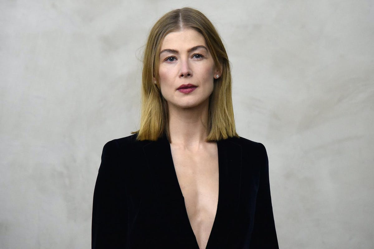 Rosamund Pike attends the Giorgio Armani women's Fall/Winter 2019/2020 collection fashion show, on February 23, 2019 in Milan. (Photo by Andreas SOLARO / AFP) (Photo credit should read ANDREAS SOLARO/AFP via Getty Images)