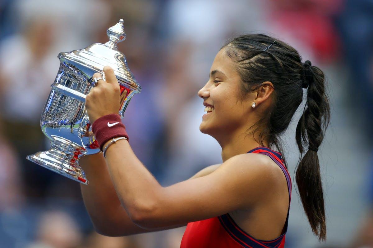 Emma Raducanu lifting the trophy at the US Open